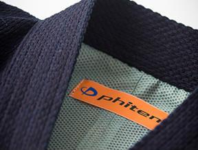 ファイテン社製のアクアチタン繊維が、道衣の裏側に柔軟な帷子のごとく配された剣道衣